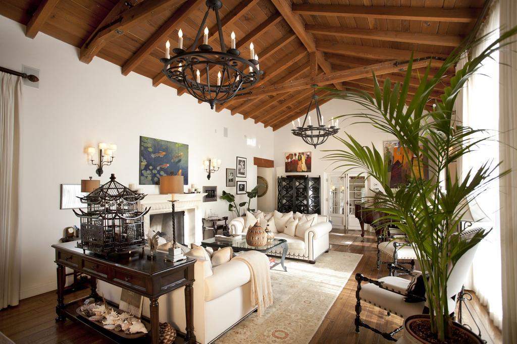 В большой гостиной можно повесить две одинаковых кованых люстры, чтобы равномерно осветить все пространство