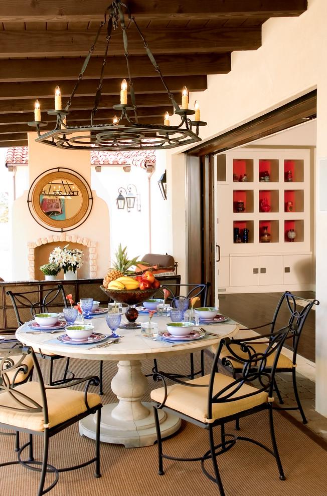 Красивые стулья с ажурной ковкой поддерживают кованую люстру, вписываясь в общую концепцию интерьера столовой