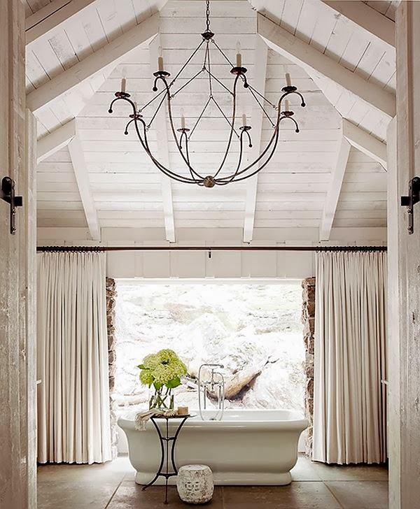 Тонкая кованая люстра - замечательное украшение для интерьера любого помещения
