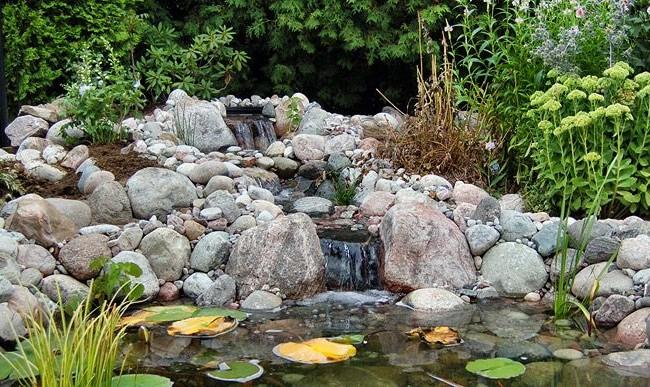 Альпинарий с прудом, оформленный камнями приблизительно одинаковой офрмы