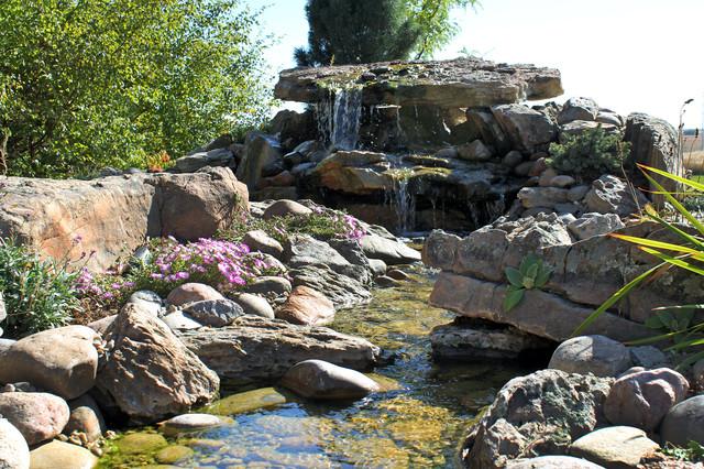 Для оформления такого альпинария используют карликовые растения, а также большие каменные глыбы, имитирующие обломки скал