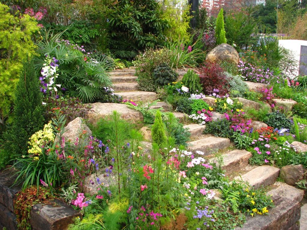Природный ландшафт позволил небольшими усилиями создать цветущую каменную горку