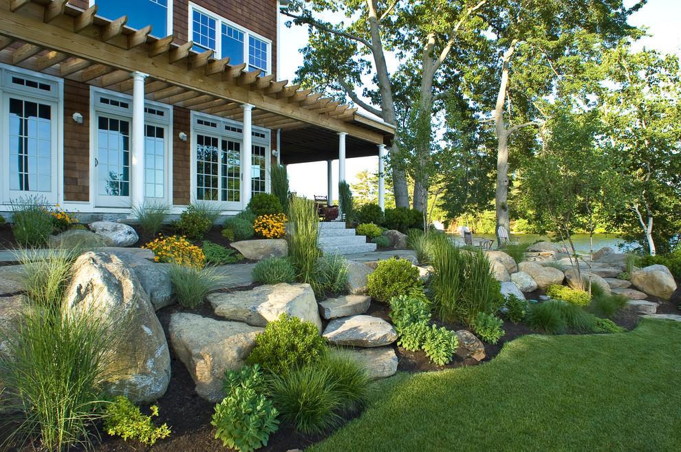 Композиция из камней, расположенная с главного фасада дома, прекрасное дополнение образа вашего жилья