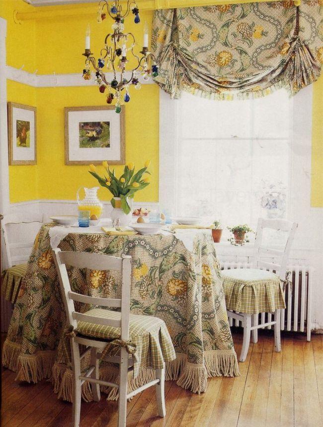 Австрийская штора и скатерть на столе выполнены из одинаковой ткани