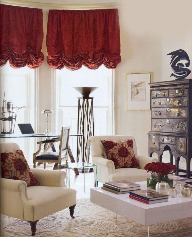 Яркие красные австрийские шторы в гостиной