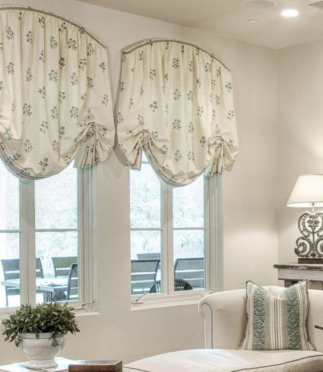 Нежные австрийские шторы пастельного оттенка в спальне