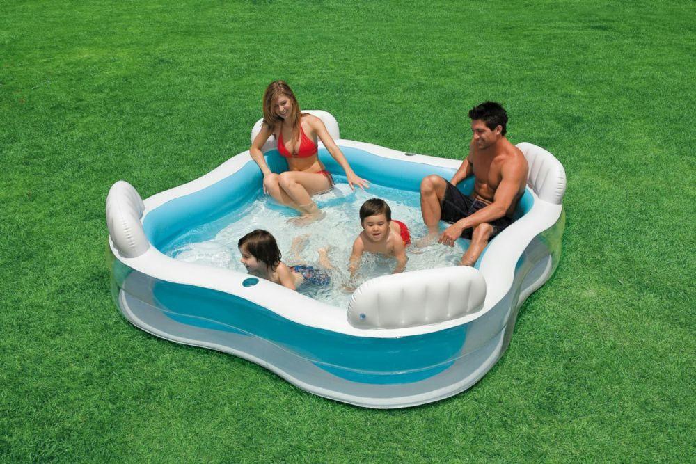 Квадратный детский надувной бассейн достаточно устойчив для детских игр