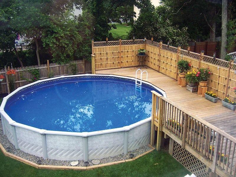 Каркасный бассейн с декорированным цветами деревянным помостом