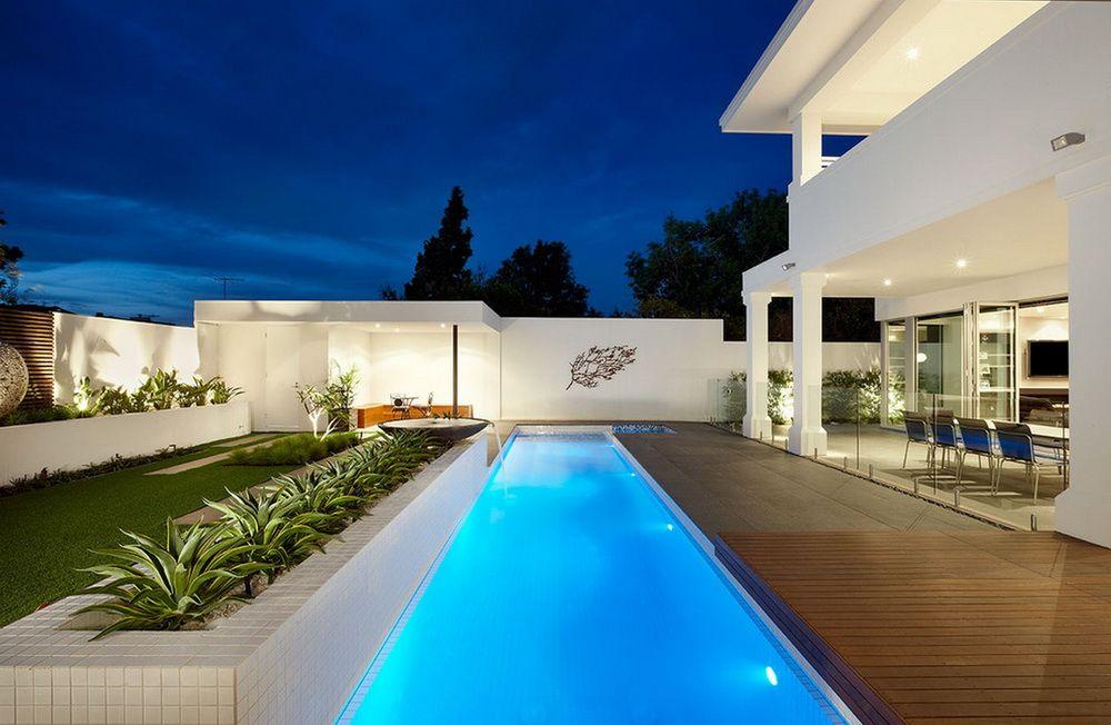Вытянутый вдоль дома бассейн