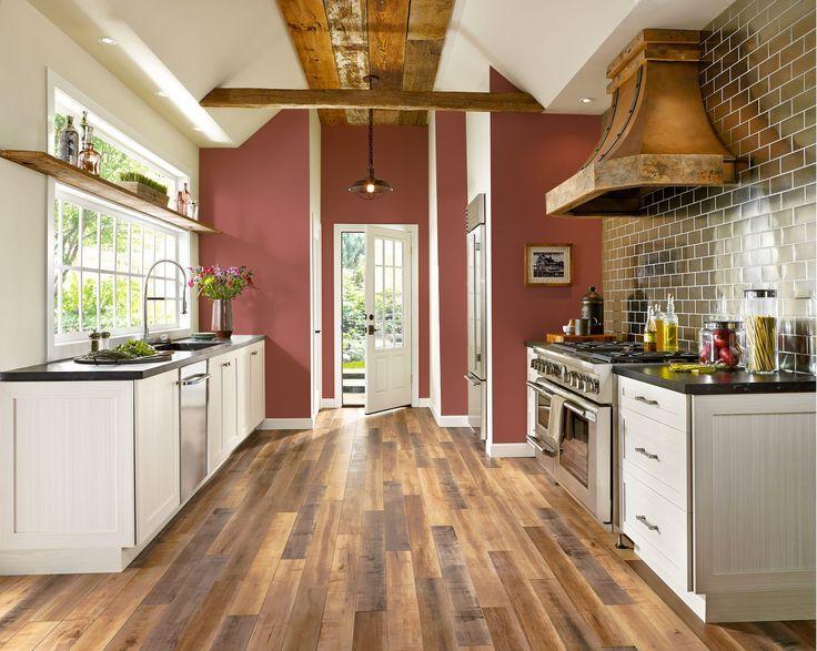 Ламинат различных древесных оттенков на кухне
