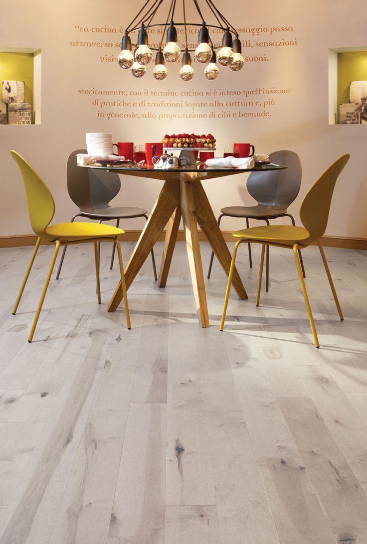Светлый ламинат отлично гармонирует с желтым и натуральным древесным цветами