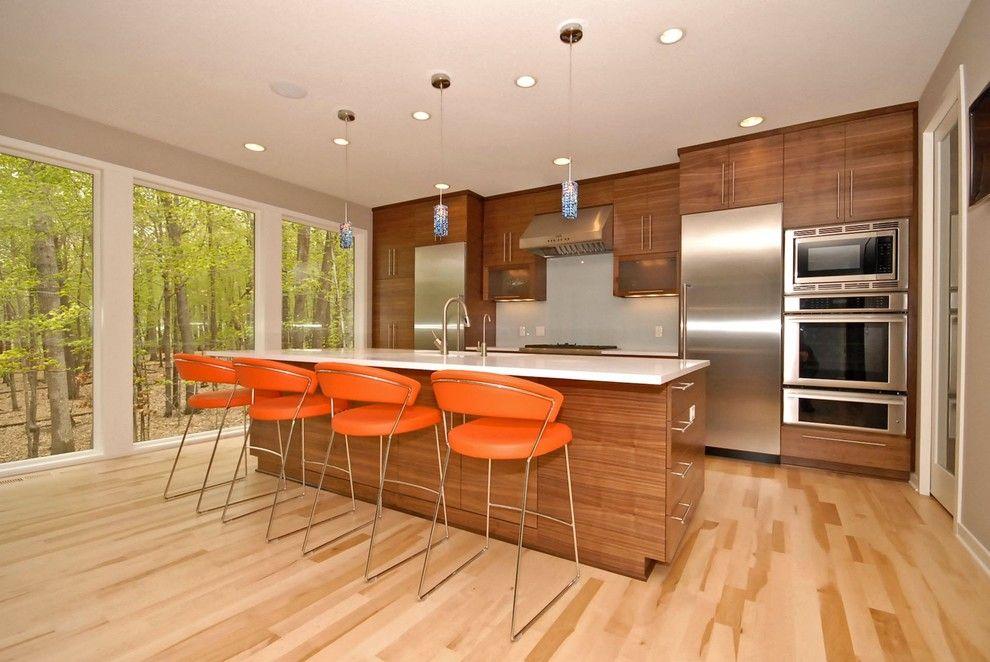Светлый оттенок ламината помогает визуально увеличить пространство кухни