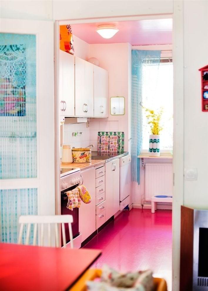 Ярко-розовый линолеум на кухне