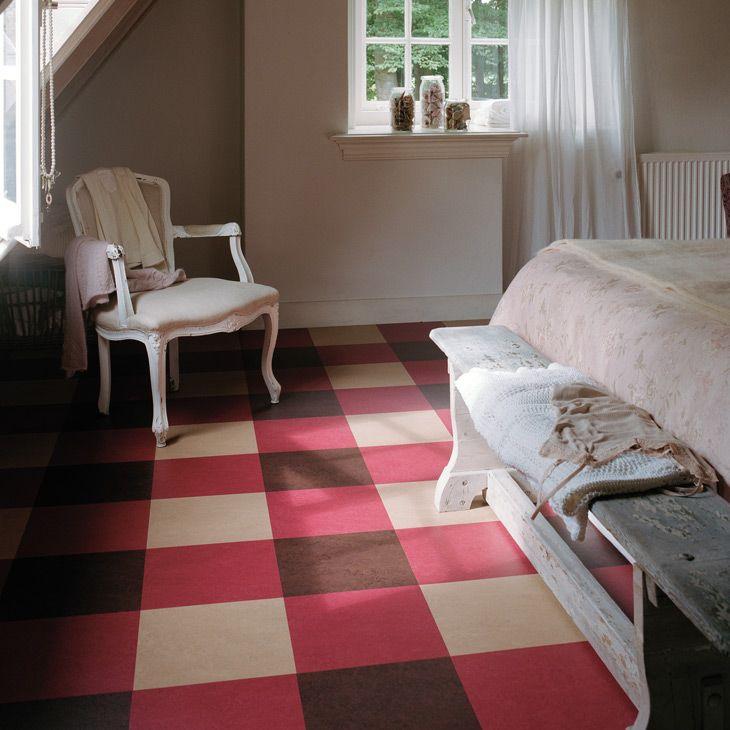 Линолеум с квадратным разноцветным принтом в спальной комнате