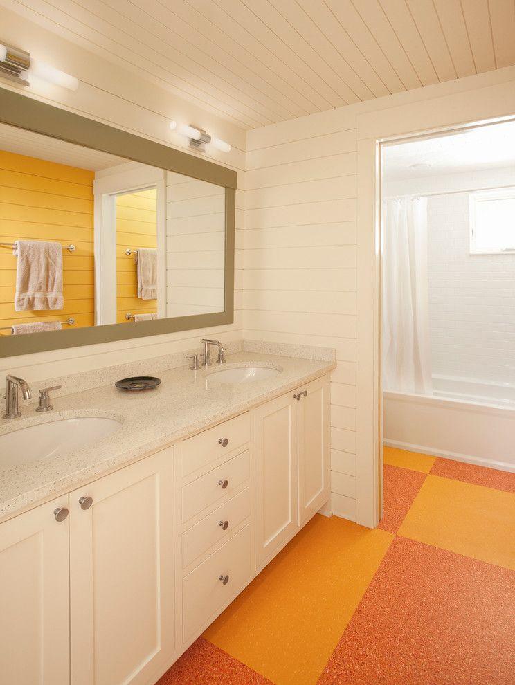 Желто-розовый линолеум в ванной комнате