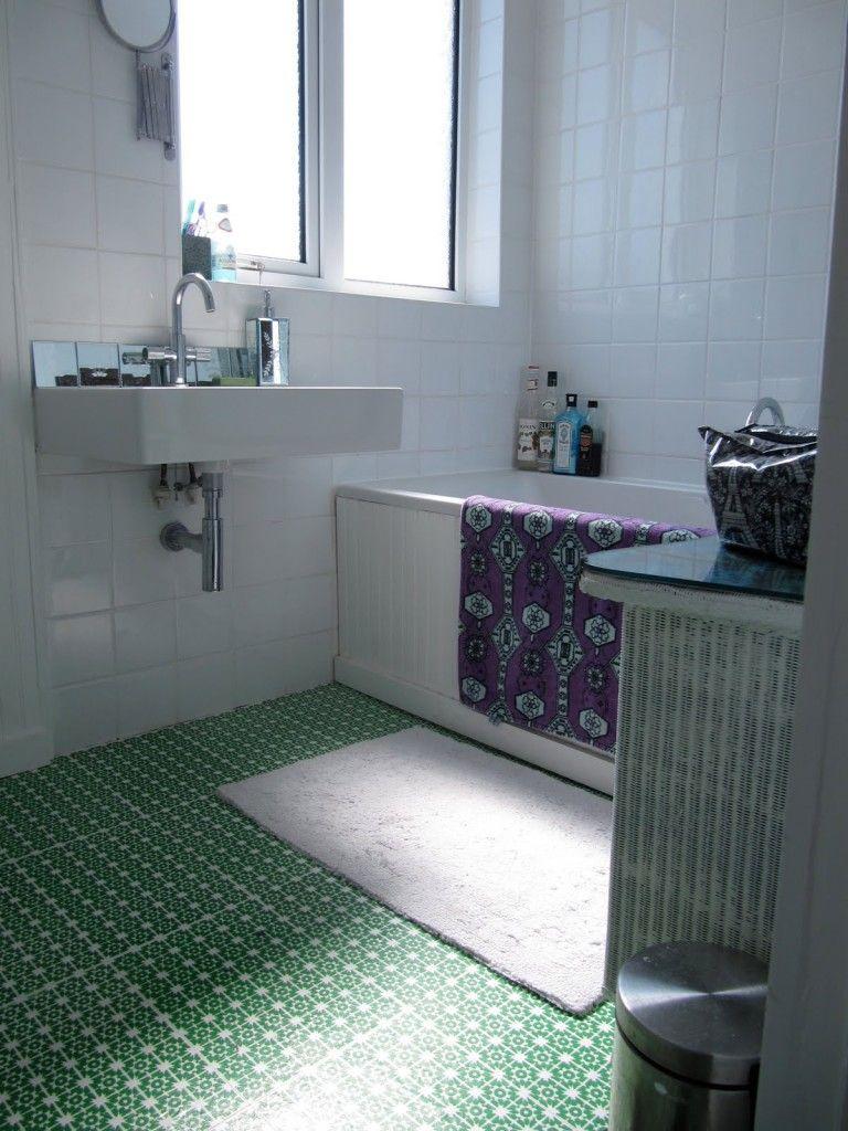 Линолеум с зеленым узором на белом фоне в ванной комнате