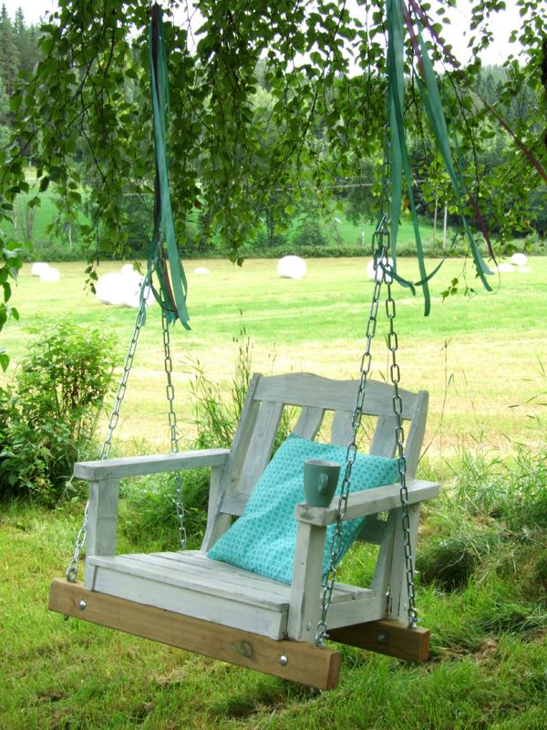 Для изготовления такой качели понадобится совсем немного: деревянный стул и цепи - и уникальный декор для вашего двора готов