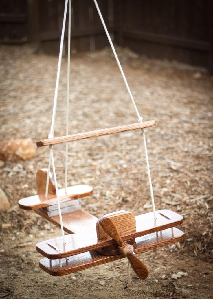 Над такой деревянной качелей-самолетом придется повозиться, но результат того стоит, ваш ребенок будет чувствовать себя настоящим летчиком