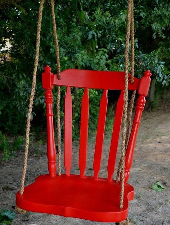 Для создания такой чудо-качели понадобится всего лишь старый стул, веревка и яркая краска