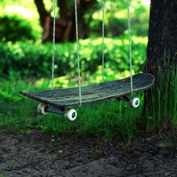 Старый скейт тоже подойдет в качестве сидения для качелей, ведь его доска очень прочная и выносливая