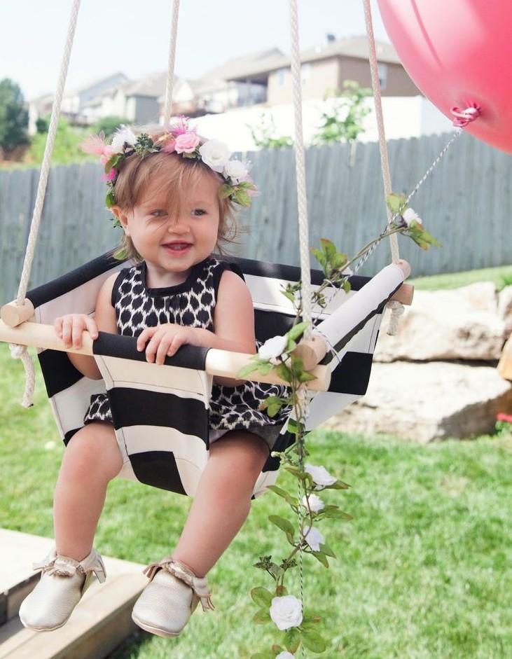Для малышей удобным и безопасным будет тканевое сидение с ограждающей конструкцией по периметру, где ребенок будет уверенно себя чувствовать