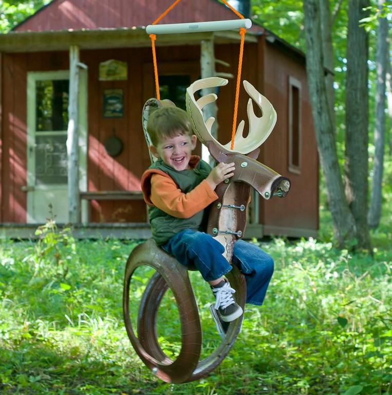 Забавная качель в виде оленя доставит радость каждому ребенку