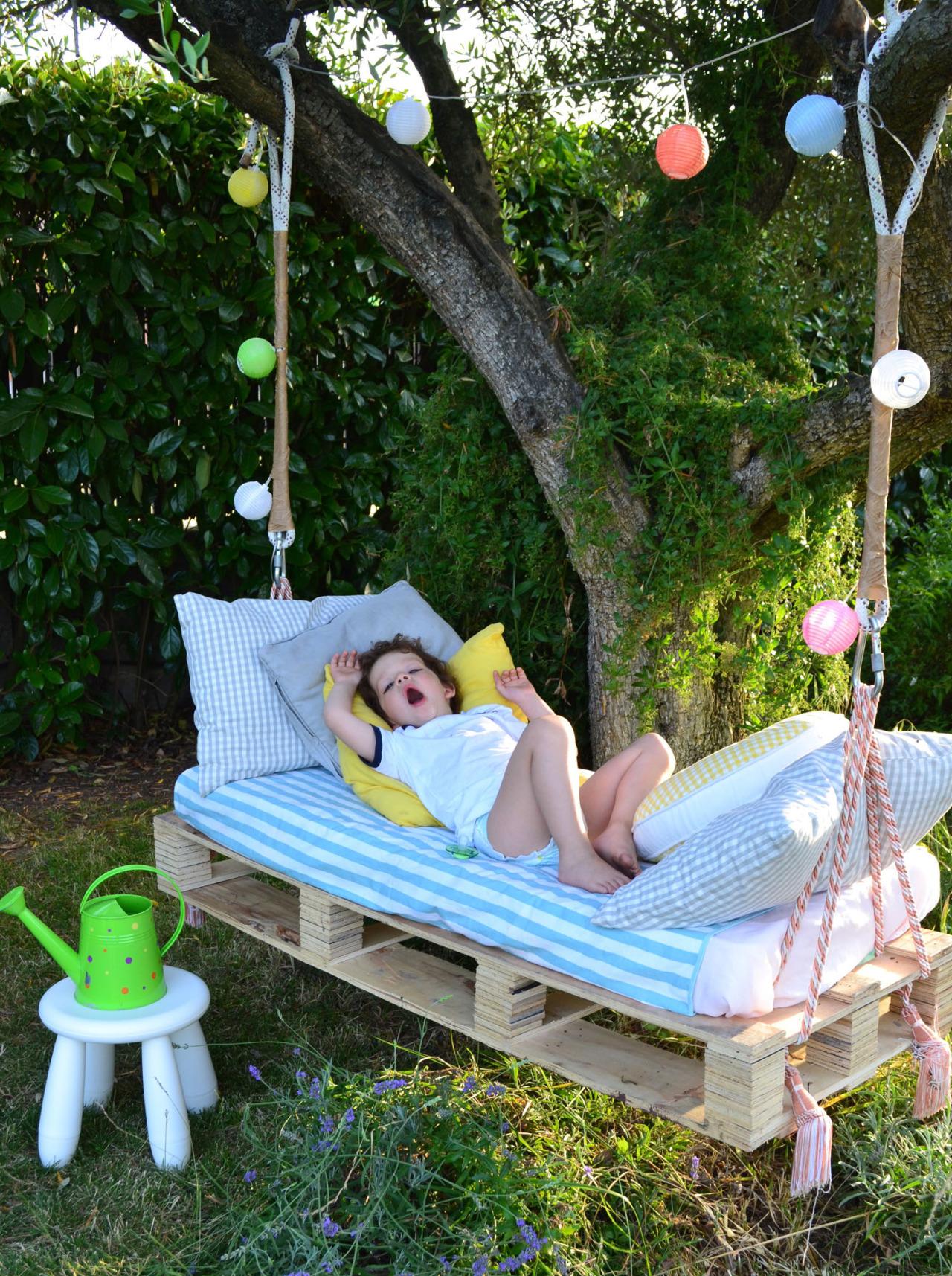 Качелька-лежанка для отдыха и развлечений ребенка, сделана с деревянного поддона