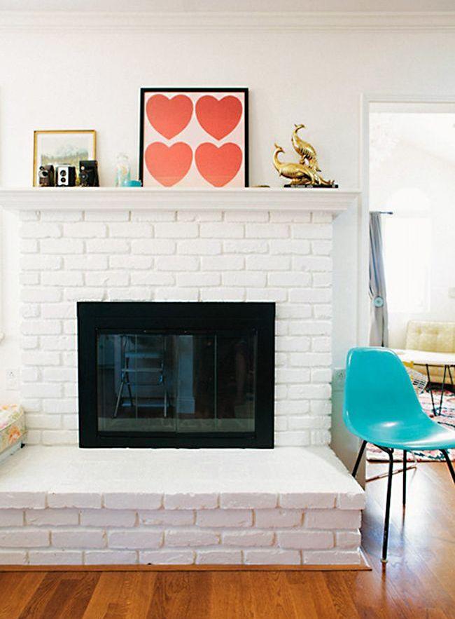 Фальш-камин можно дополнить цветным стеклом - уютно и оригинально