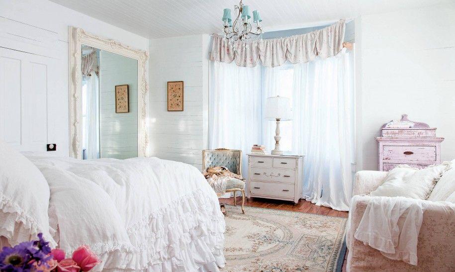 Сочетание белого и нежно-голубого цветов в шебби-шик спальне