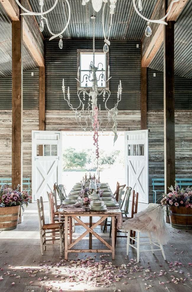 Просторное помещение оформлено в шебби-шик стиле для проведения праздничного обеда