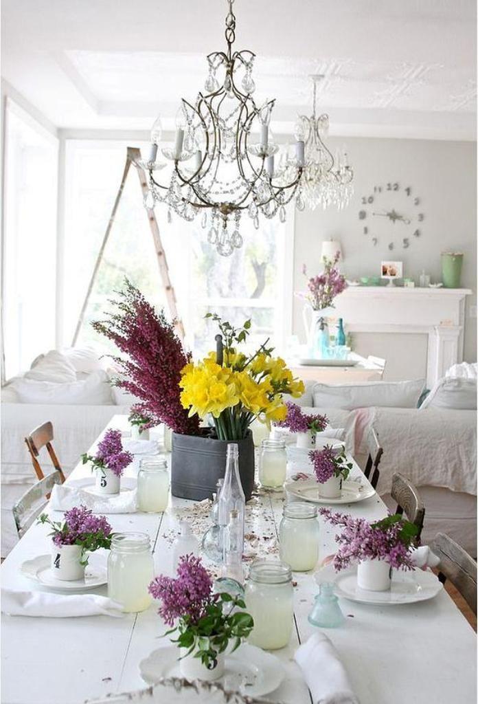 Нежные живые цветы в интерьере характерны для стиля шебби-шик