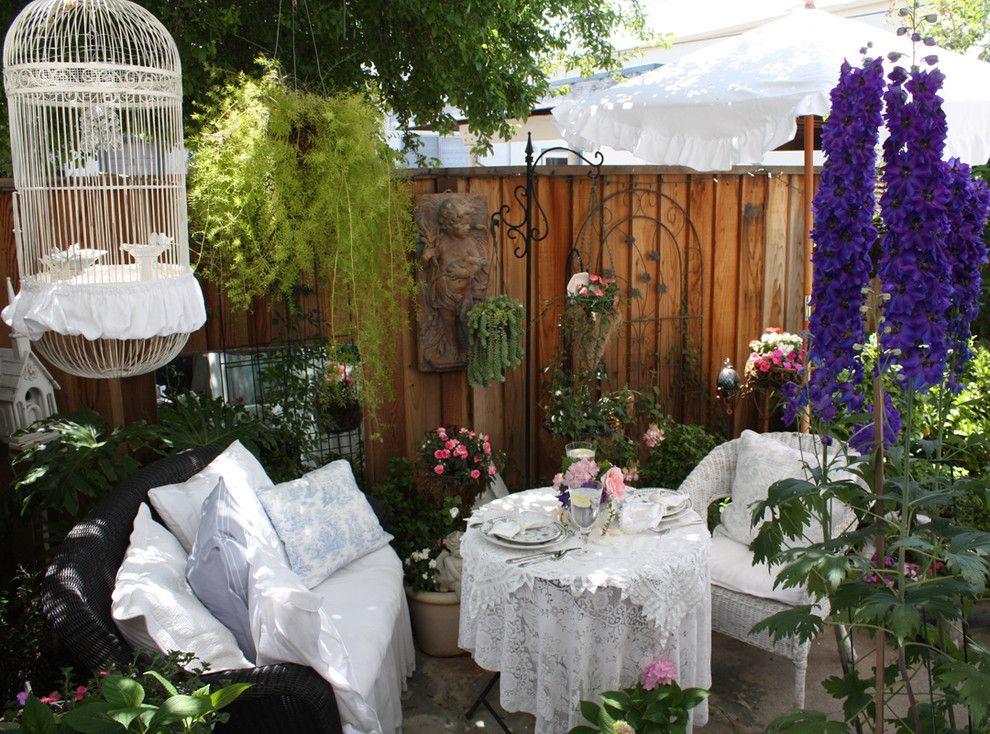 Благодаря текстилю можно создать атмосферу шебби-шик стиля даже в саду