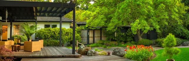 Красные цветы в зеленом японском саду