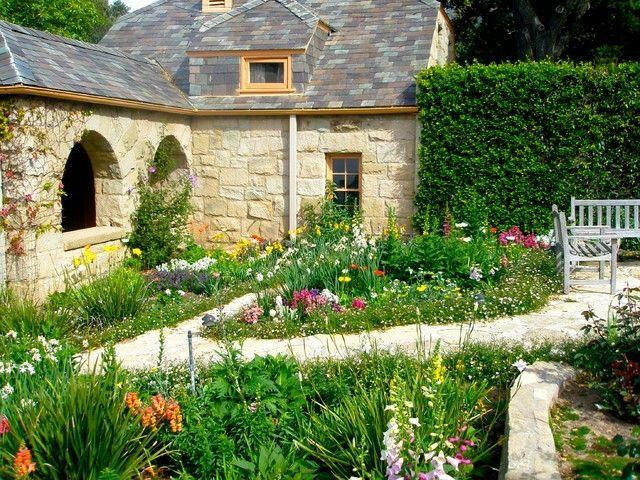 Отсутствие симметрии и обилие зелени в английском саду