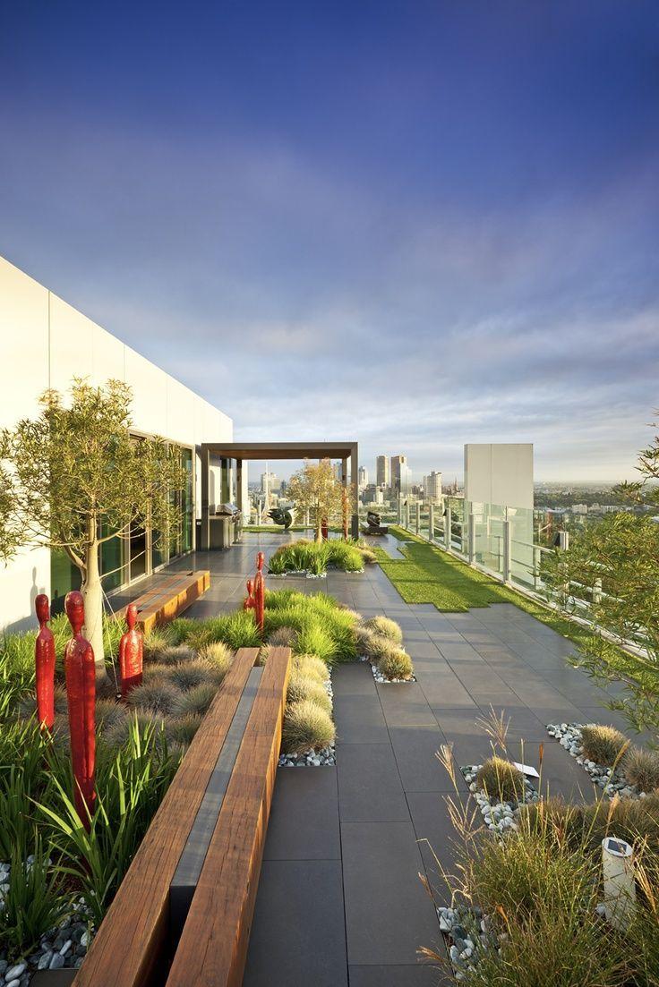 Выбор ограды и способа ее озеленения зависит от расположения участка