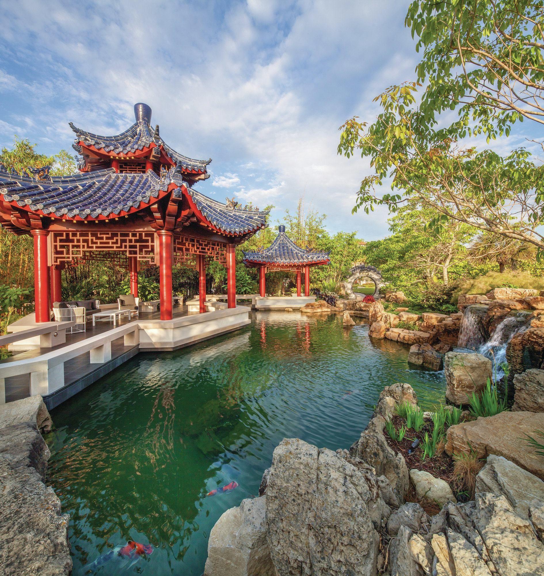 Беседки в китайском стиле на берегу небольшого пруда