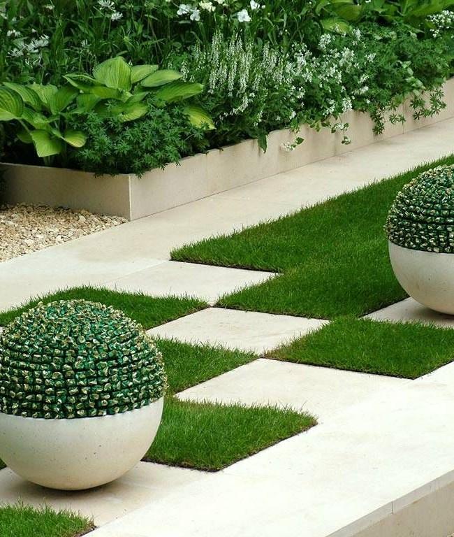 Стильные квадратные клумбы с газонной травой