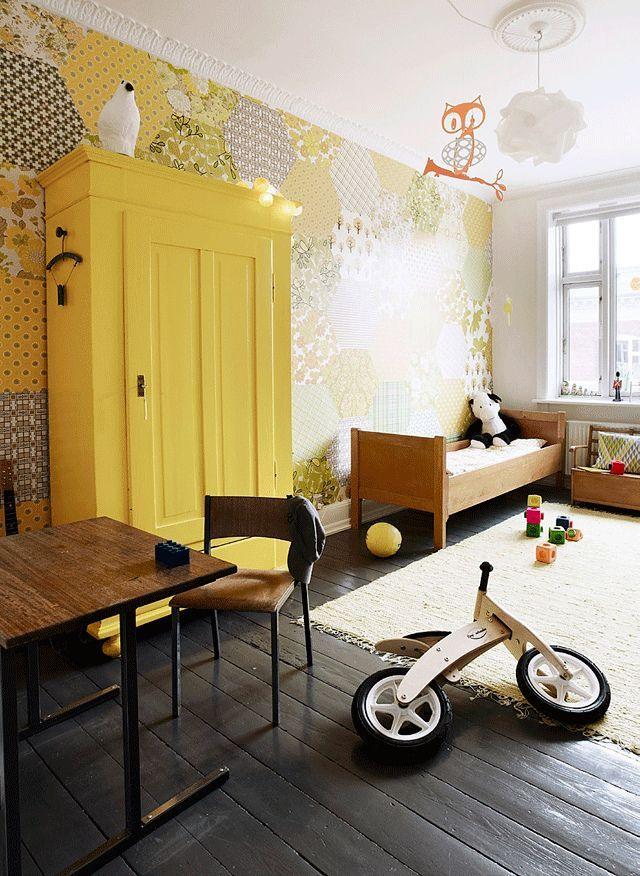 Теплые желтые обои в стиле пэчворк создают уютную атмосферу