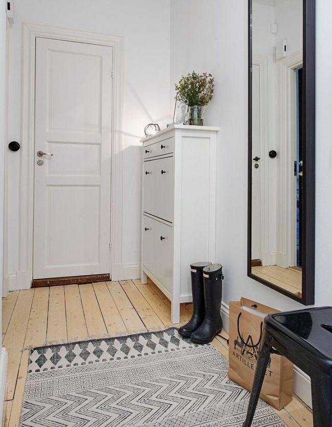 Узкий шкафчик-обувница сэкономит место в маленькой прихожей