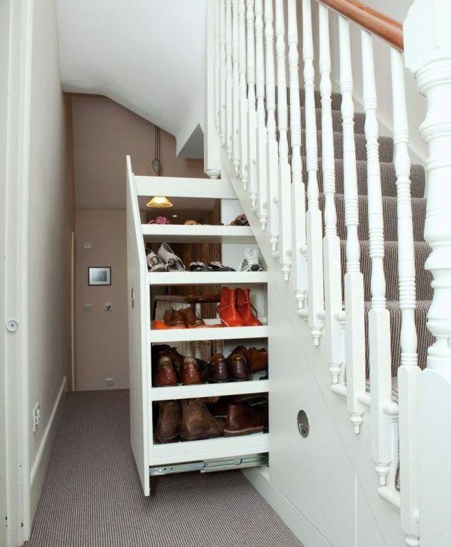 Выдвижной ящик с полочками под лестницей - нестандартно и функционально