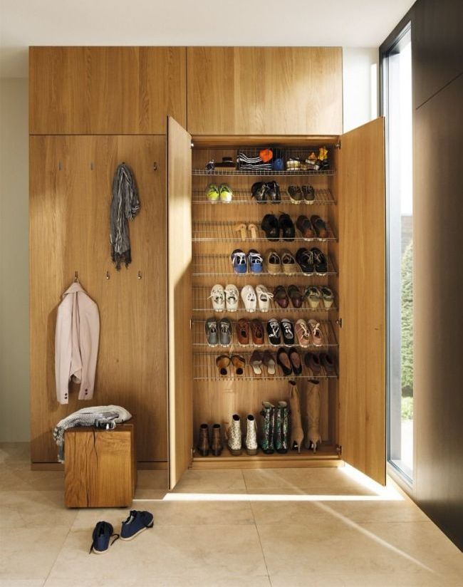 Гарнитур прихожей включает вешалку и отделение для обуви