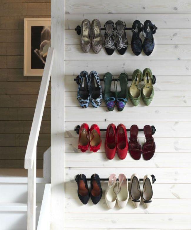 Обувь на каблукае можно хранить на стене - на закрепленных металлических прутьях