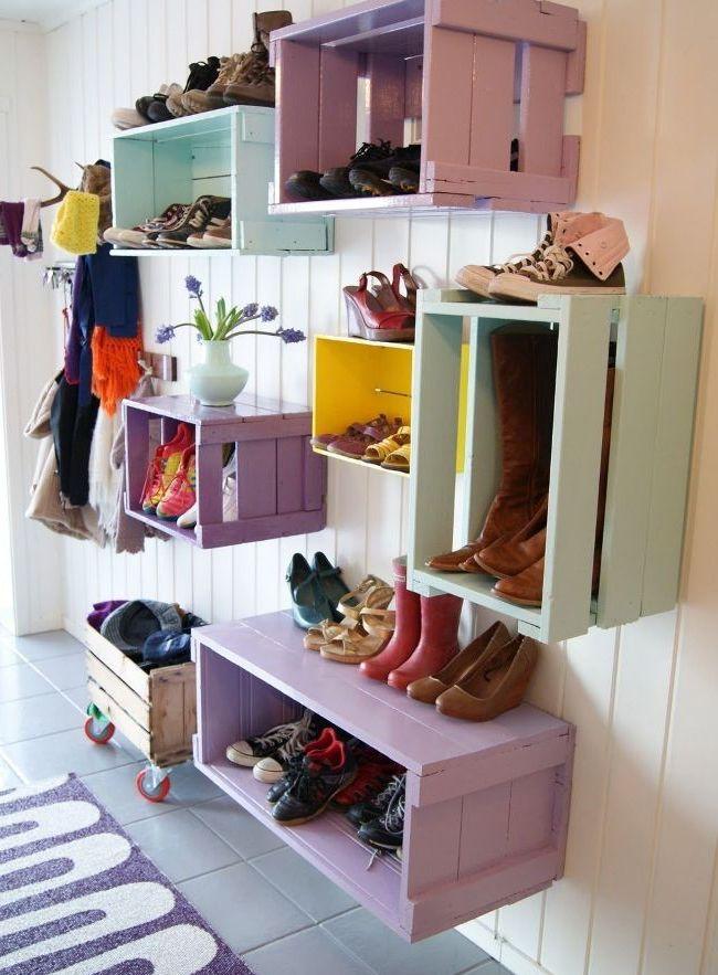 Деревянные ящики на стене - отличная идея для самодельной обувницы