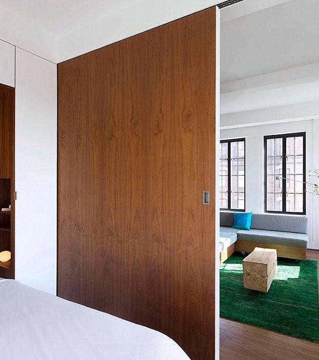 Деревянная перегородка, отделяющая спальню от гостиной