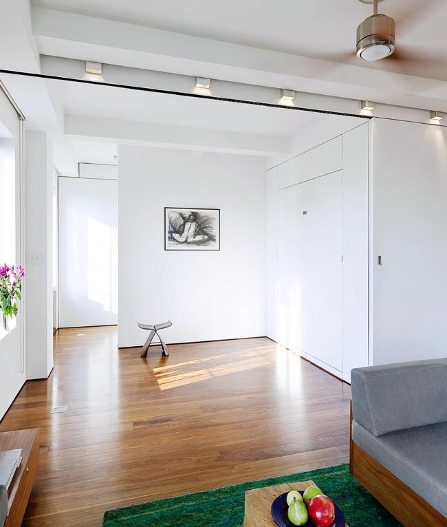 Белая пластиковая перегородка, разделяющая просторную комнату