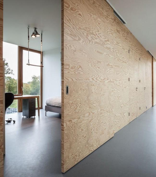 Интересная деревянная перегородка, отделяющая кабинет от коридора