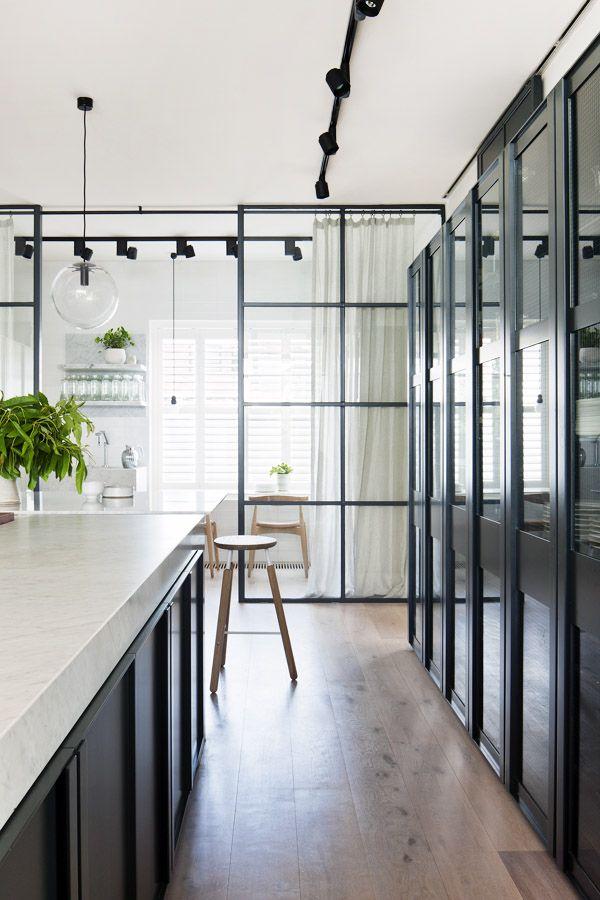 Легкая, минималистичная перегородка из стекла, отделяющая две зоны кухни