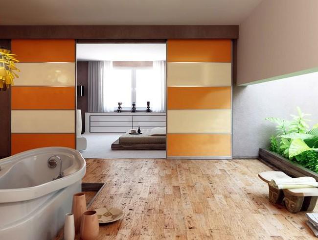 Раздвижные перегородки, отделяющие спальню от ванной комнаты
