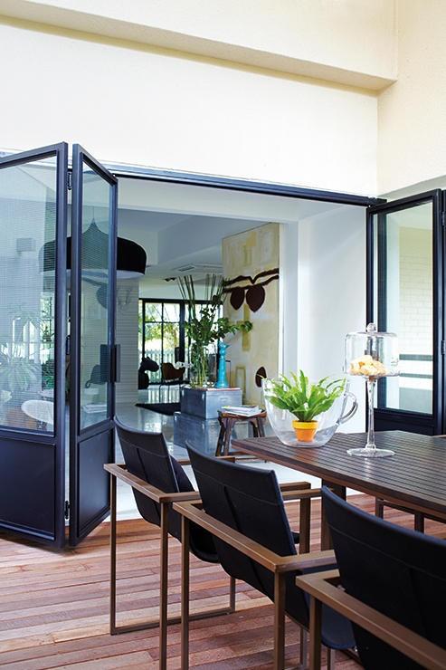 Стеклянная раздвижная перегородка, отделяющая гостиную от столовой