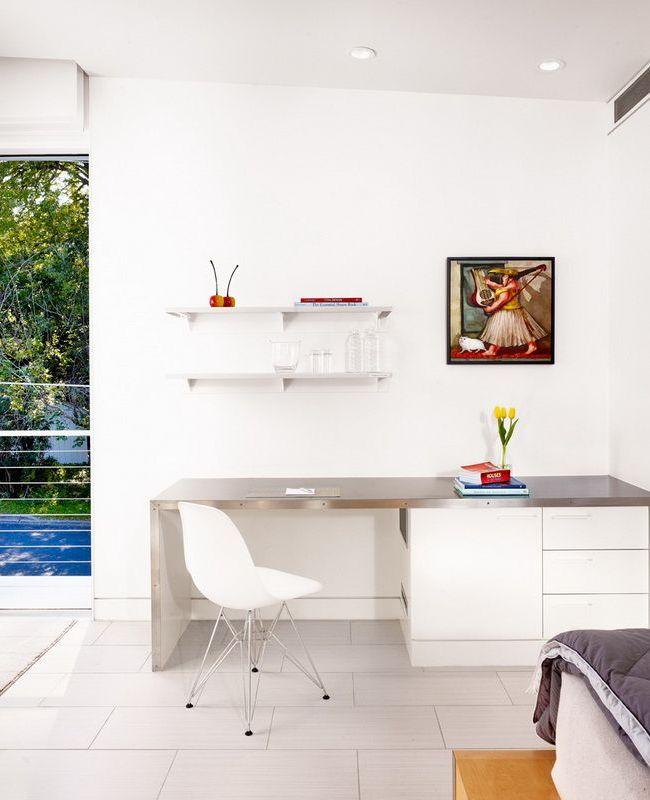 Элегантный белый стол в минималистском дизайне